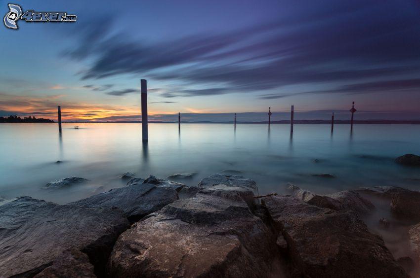 more, skalnaté pobrežie, obloha, stĺpy