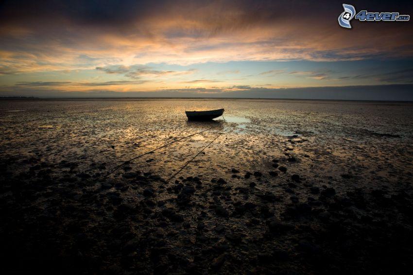 opustený čln, pobrežie pri západe slnka