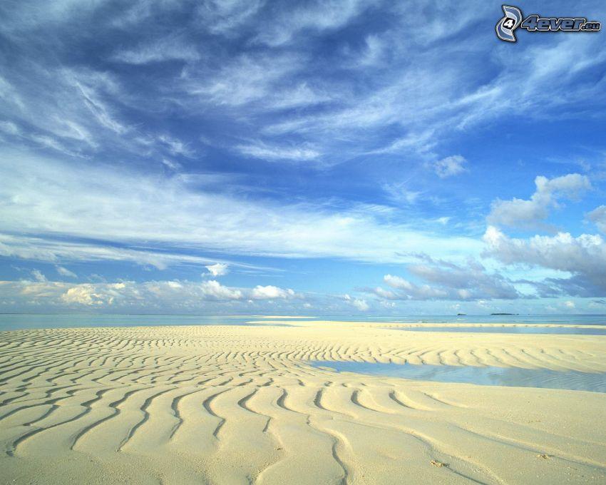 piesočné duny na pláži, oblaky, more
