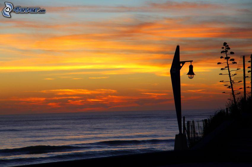 po západe slnka, oranžová obloha, lampa, silueta