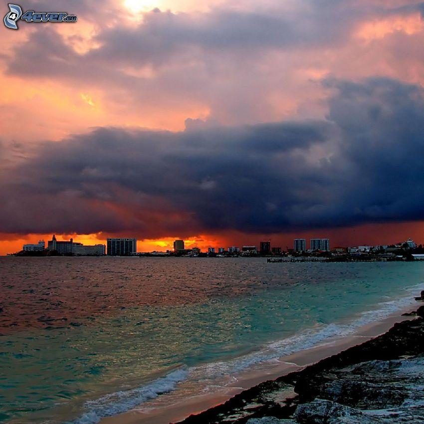 pobrežie, mesto, more, oblaky, oranžová obloha