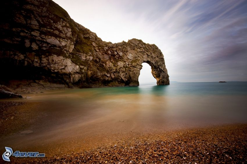 skalnatá brána na mori, kamenistá pláž