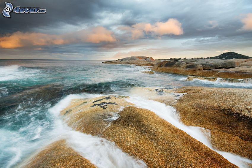 skalnaté pobrežie, more, tmavé oblaky