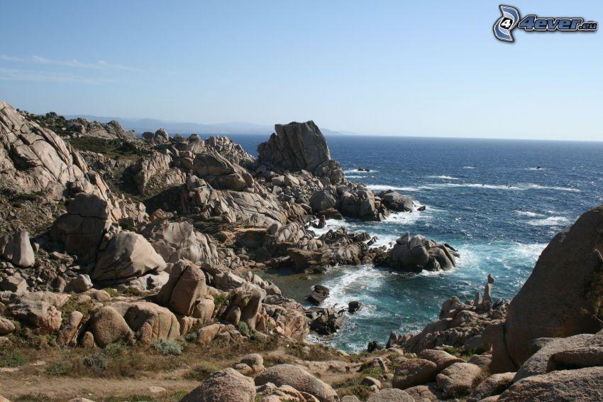 skalnaté pobrežie, more