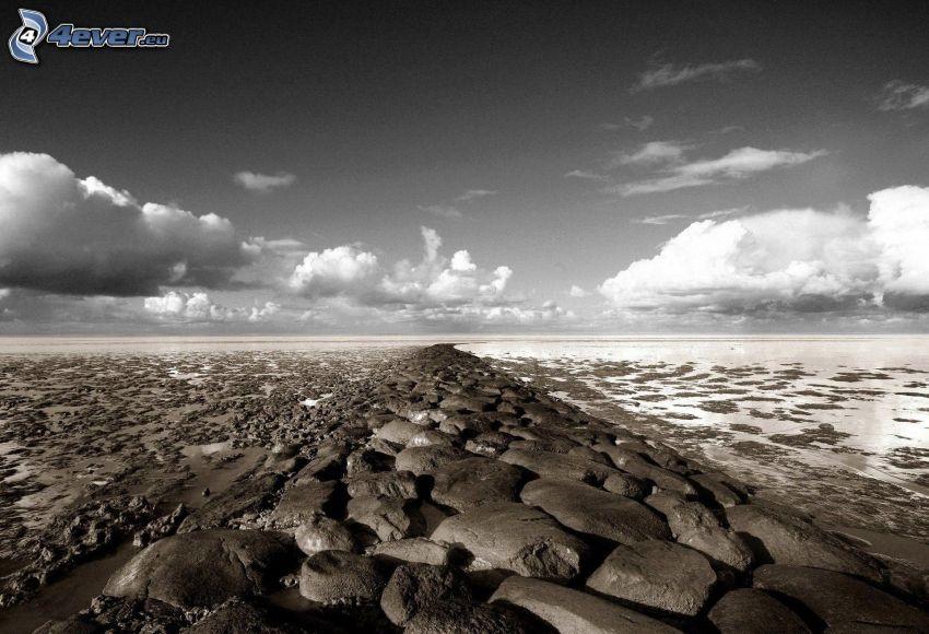 skalnaté pobrežie, oblaky, čiernobiele