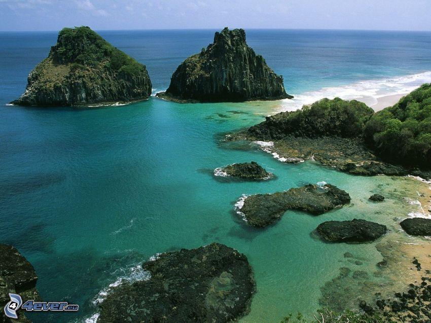 skalnaté pobrežie, výhľad na more, ostrovček