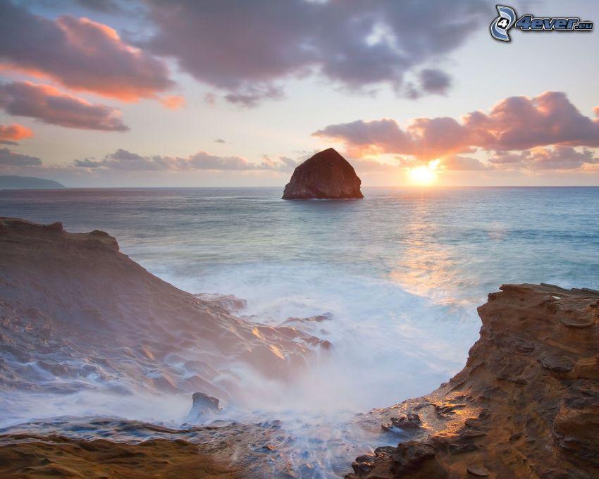 skaly v mori, západ slnka za morom