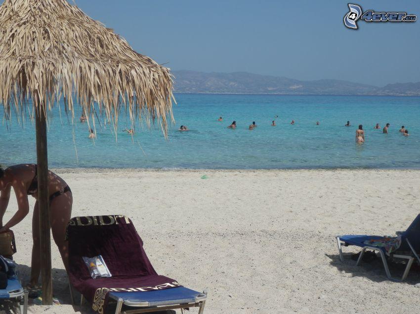slnečník na pláži, lehátka, more, ľudia, dovolenka