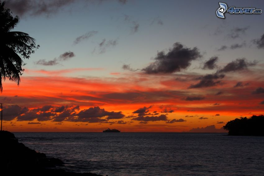 večerné more, loď, oranžová obloha, po západe slnka