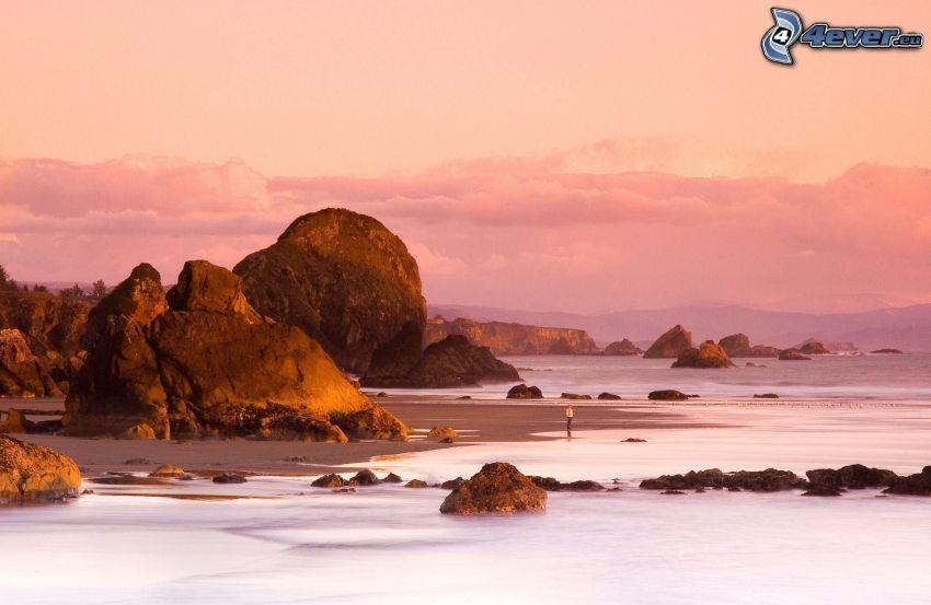 východ slnka, skalnaté pobrežie, ružová obloha