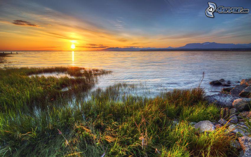 západ slnka nad morom, pobrežie, HDR