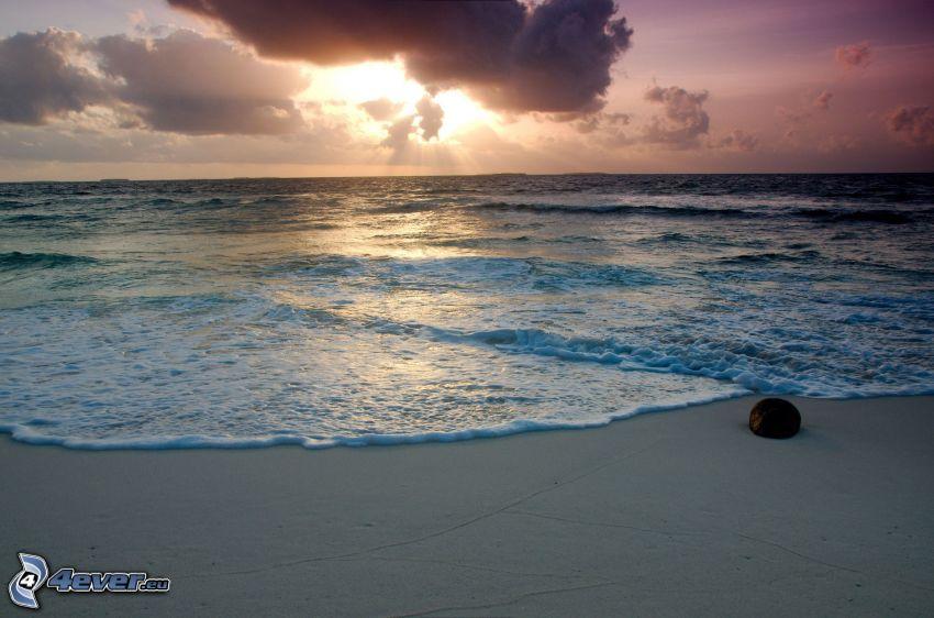 západ slnka nad morom, večerná pláž