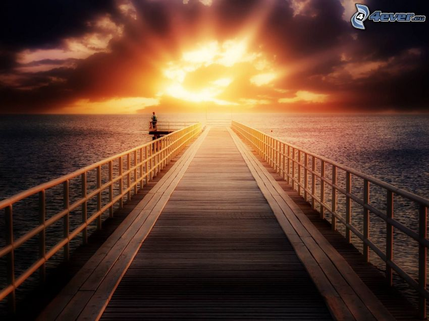 západ slnka za morom, drevené mólo, šíre more