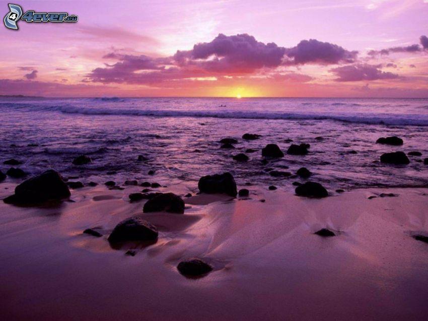západ slnka za morom, fialová obloha, pláž
