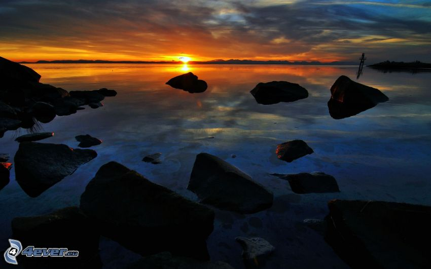 západ slnka za morom, kamene, tmavý západ slnka