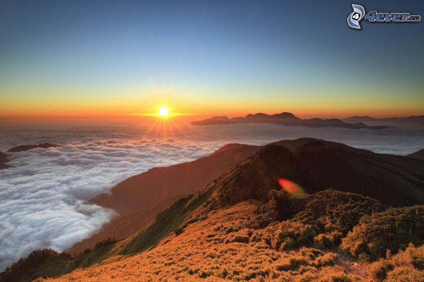 západ slnka za morom, kopec, inverzia