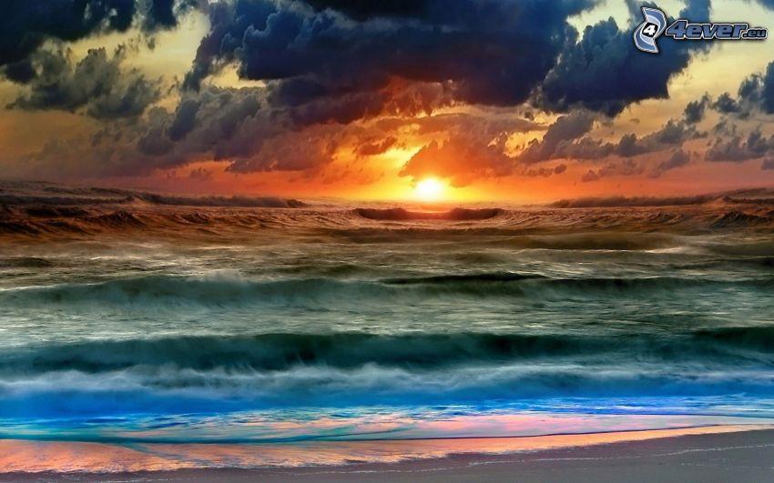 západ slnka za morom, oranžový západ slnka, vlny, oblaky