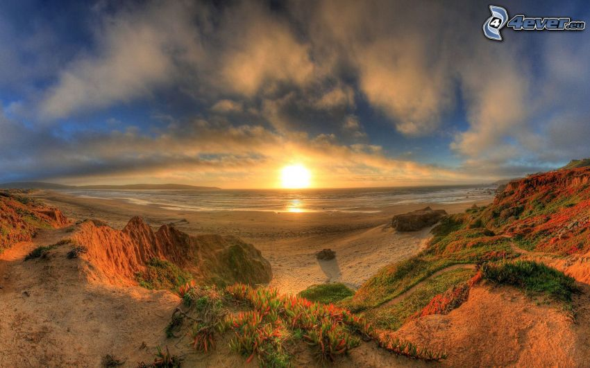 západ slnka za morom, piesočná pláž, oblaky, HDR