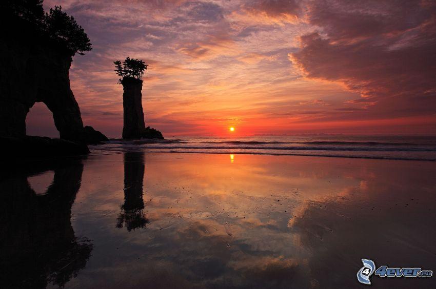 západ slnka za morom, skalnatá brána na mori, skaly v mori, večerná obloha, pláž pri západe slnka