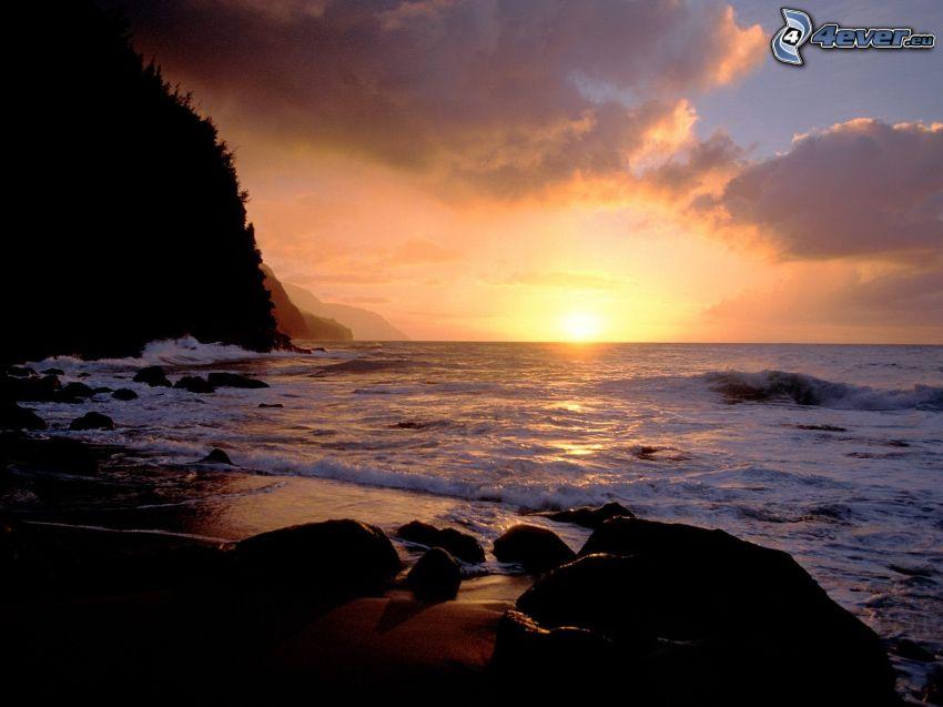 západ slnka za morom, skalnaté pobrežie, pláž, kamene