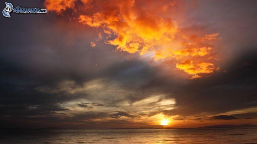 západ slnka za morom, tmavá obloha