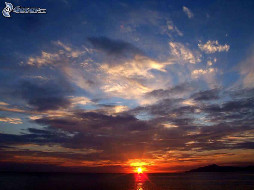 západ slnka za morom, večerná obloha