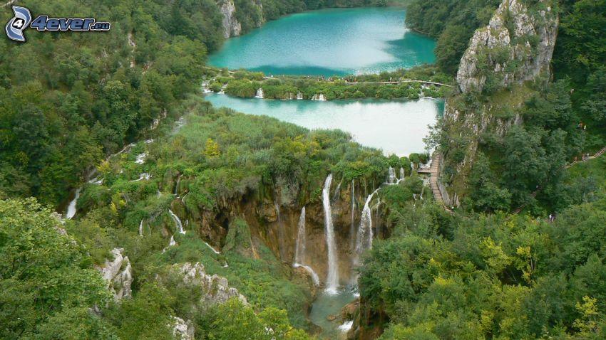 Národný park Plitvické jazerá, vodopády, azúrové jazero, les, zeleň