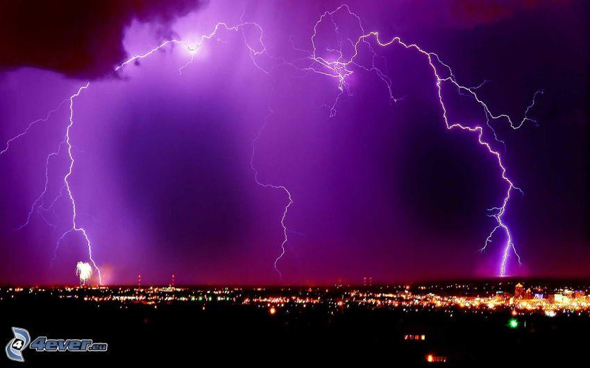 blesky, fialová obloha, nočné mesto