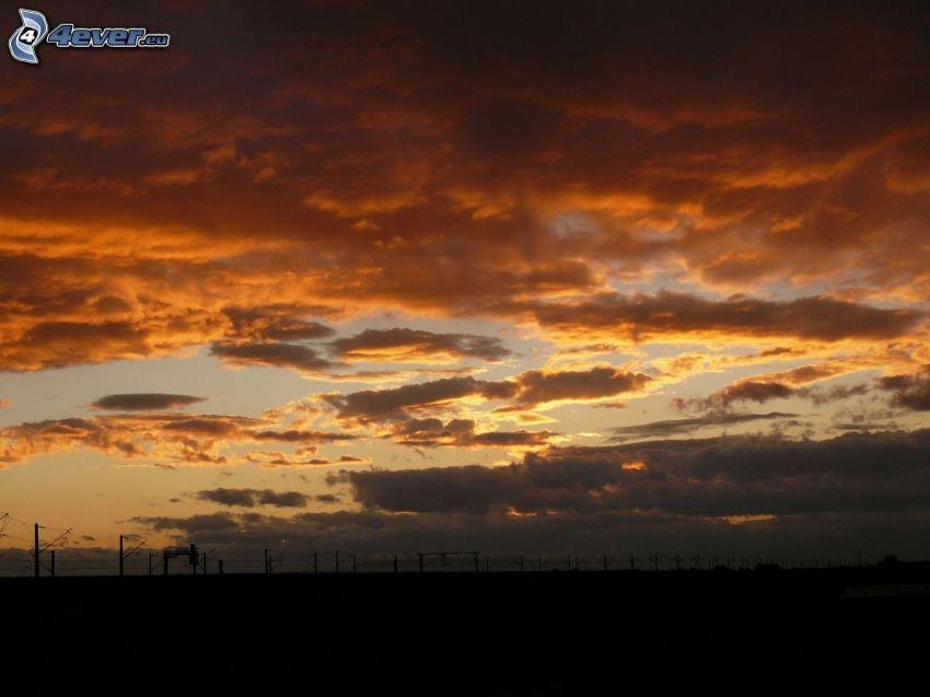 oranžové oblaky, horizont, železnica
