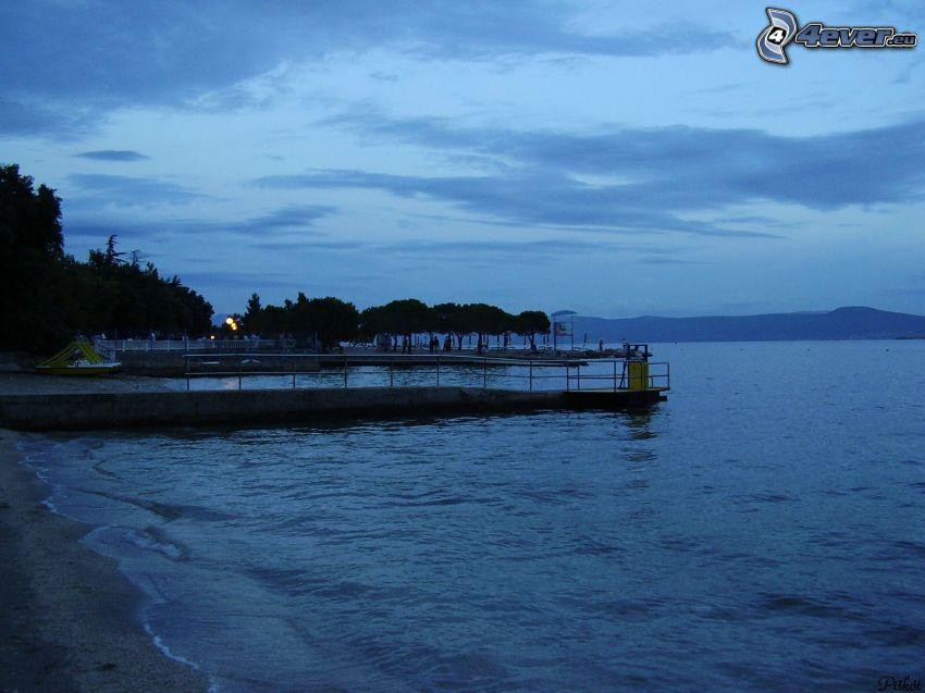 prístav na jazere, voda