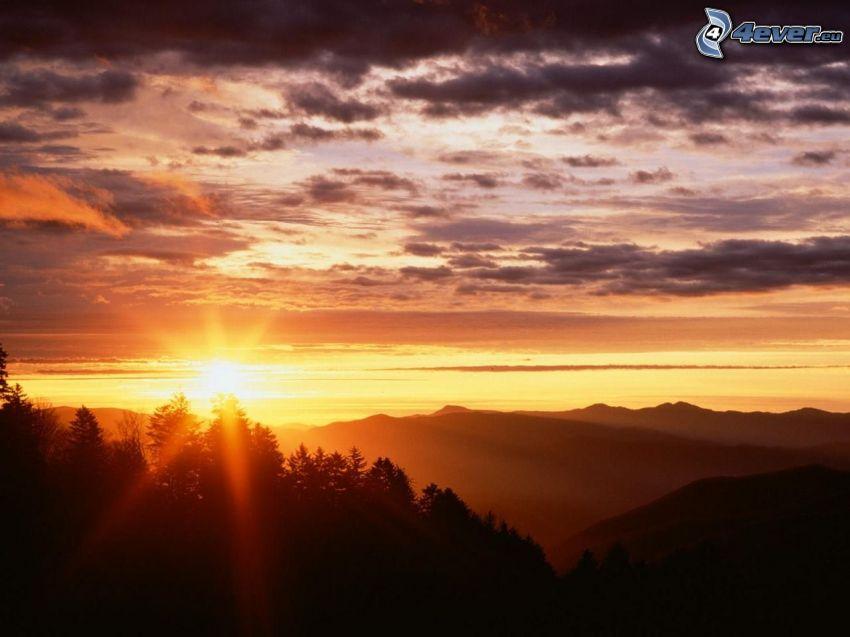 západ slnka nad horami, silueta lesa