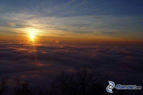 západ slnka nad oblakmi