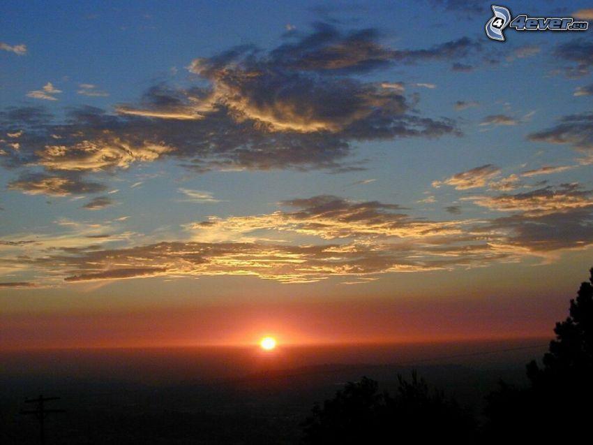 západ slnka za morom, oblaky