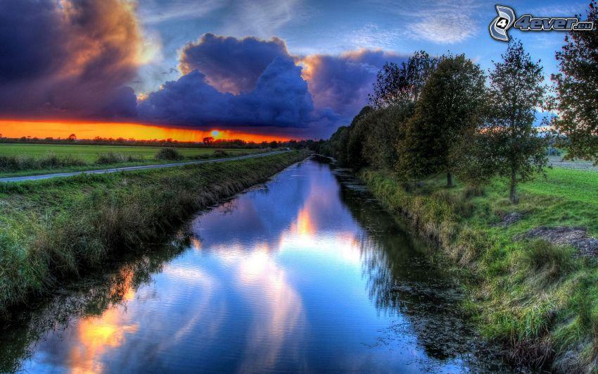 potok, oranžový západ slnka, oblaky