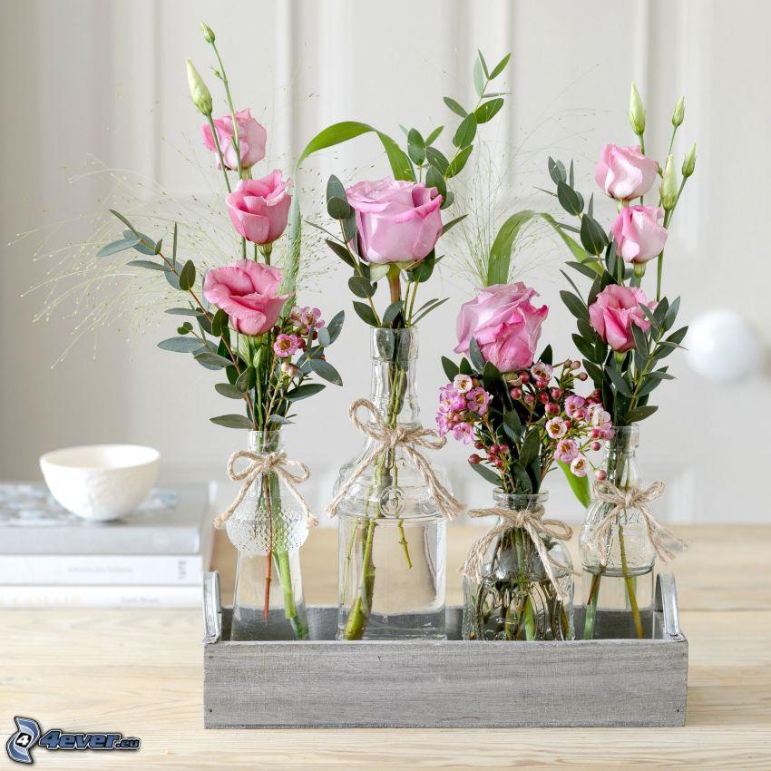 kvety vo váze, ružové ruže, zelené listy