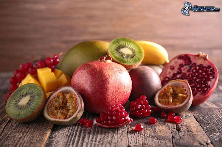 granátové jablká, figy, kiwi, banány, mango, červené ríbezle