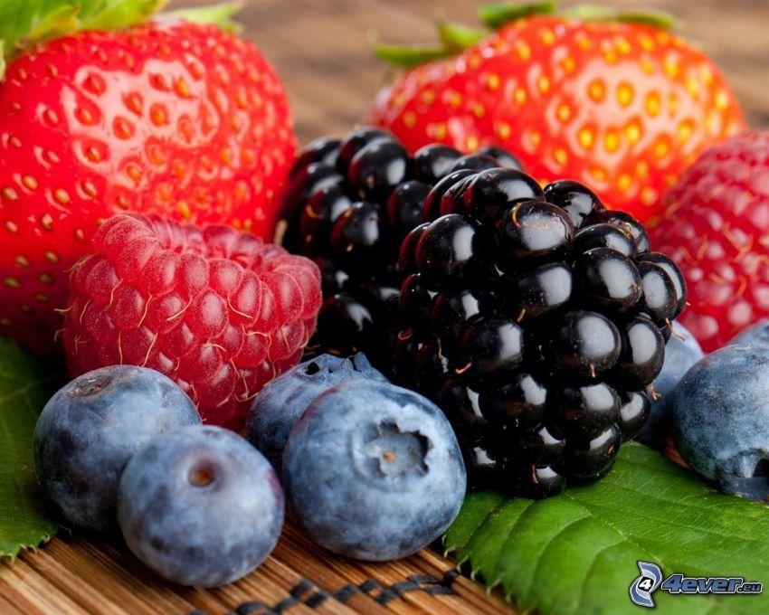 ovocie, černice, čučoriedky, maliny, jahody