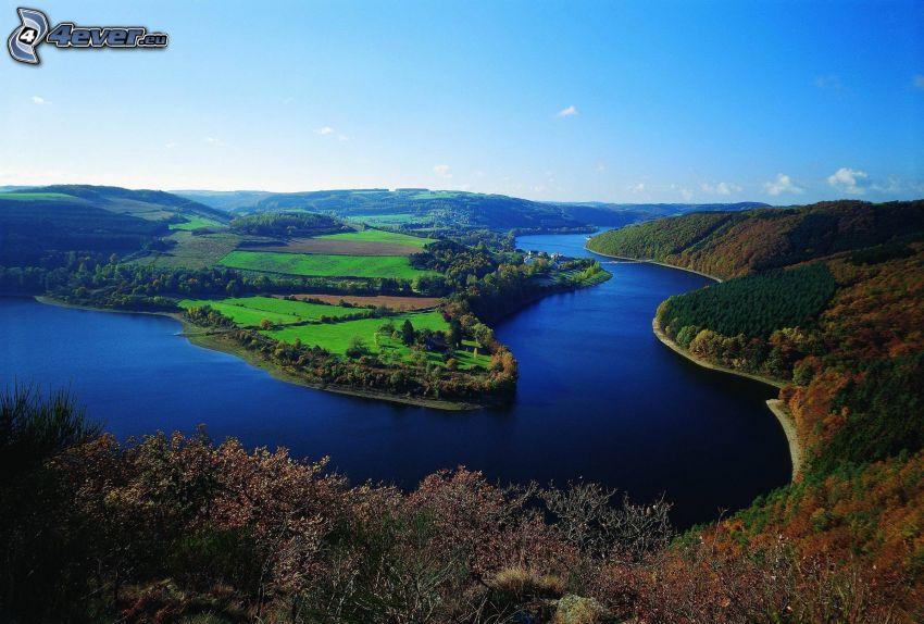 rieka, lesy a lúky, farebný jesenný les