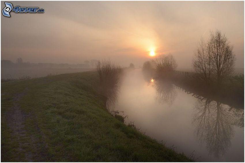 rieka, slabé slnko, hmla, západ slnka