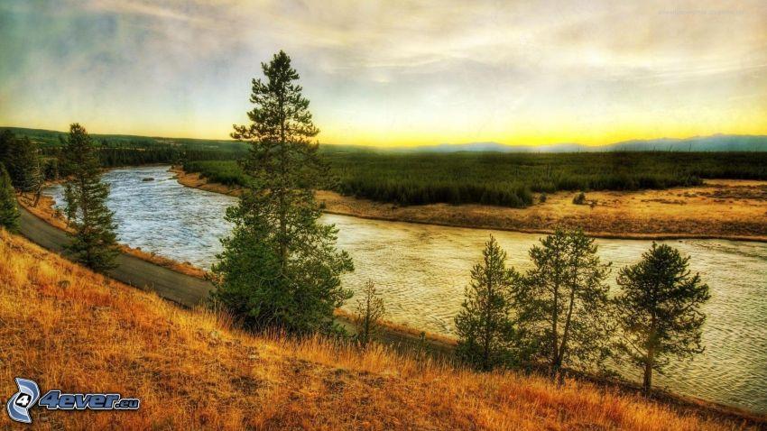 rieka v lese, večerná obloha, HDR