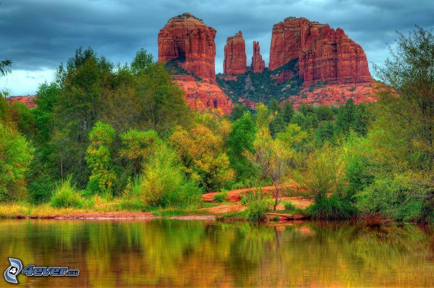 Sedona - Arizona, Monument Valley, rieka, zelené stromy