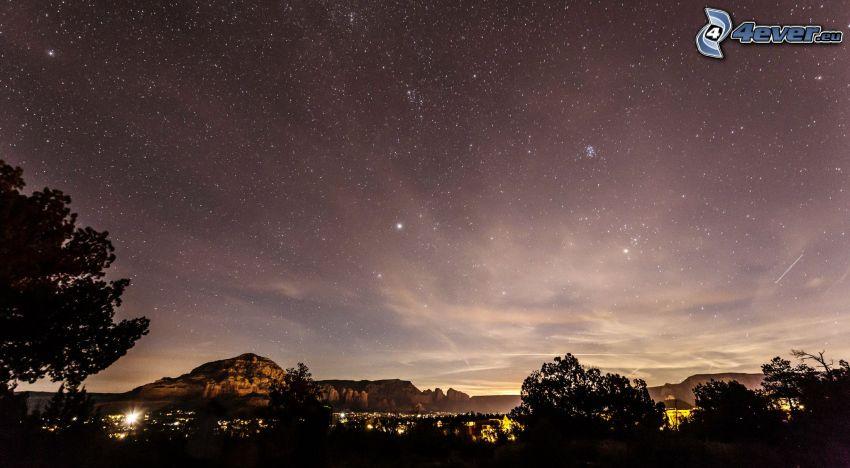 Sedona - Arizona, nočná obloha, hviezdna obloha, siluety stromov, skaly