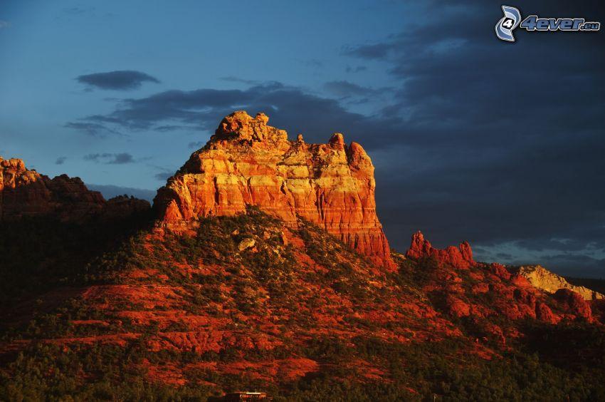 Sedona - Arizona, skaly, večer, tmavé oblaky