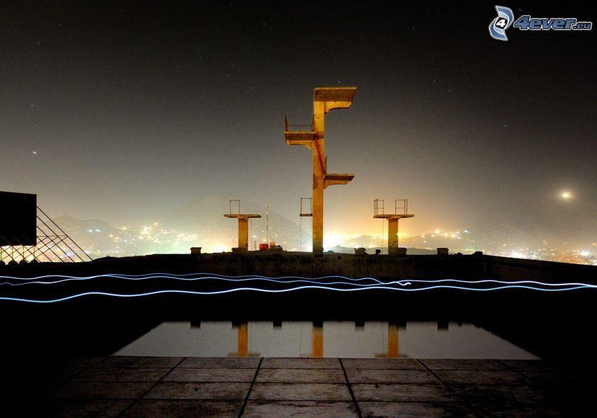 skokanský mostík, vyhliadková veža, bazén, lightpainting