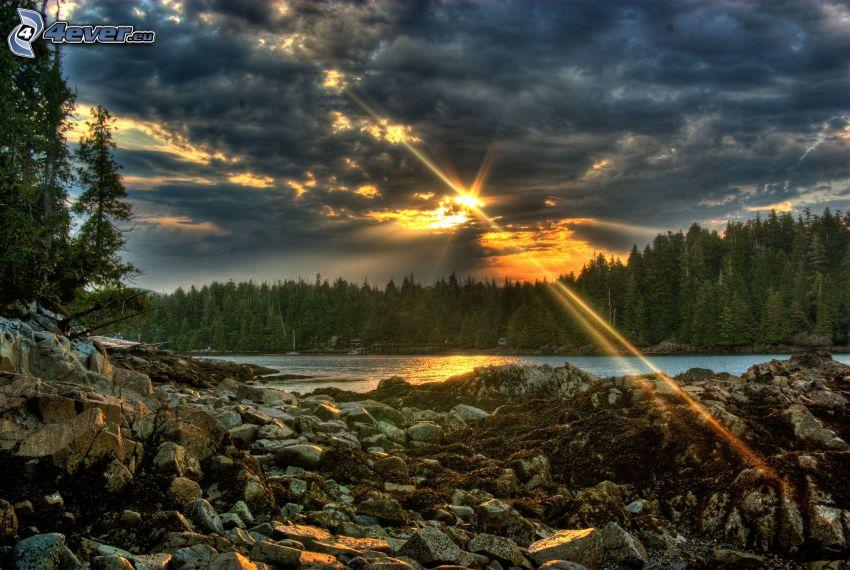 slnečné lúče za oblakom, ihličnatý les, rieka, kamene, slnko, tmavé oblaky, HDR