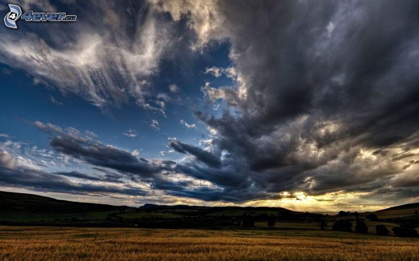 tmavé oblaky, pole