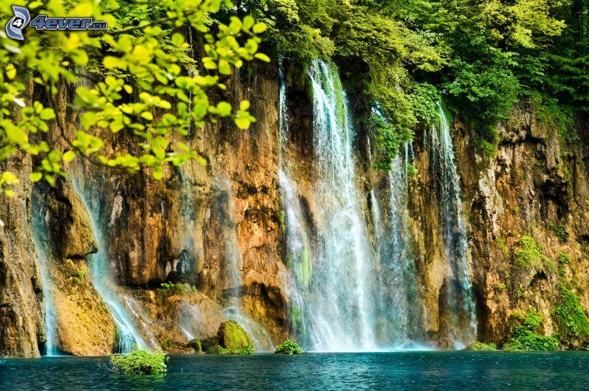 vodopády, jazero, zeleň
