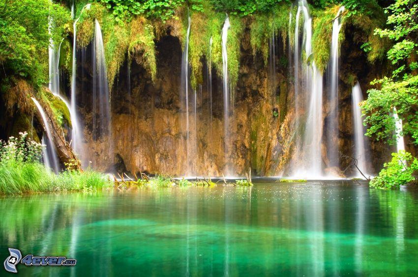 vodopády, jazero v lese, džungľa