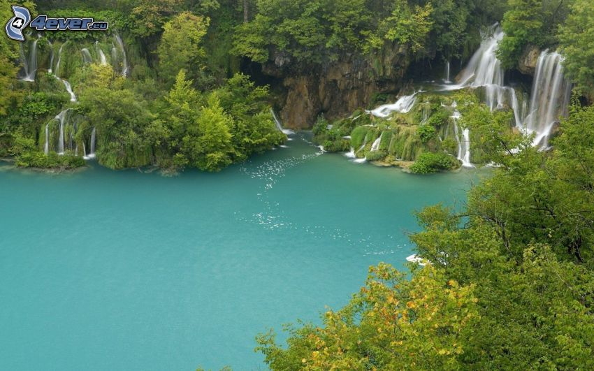 vodopády, jazero v lese, zelená voda