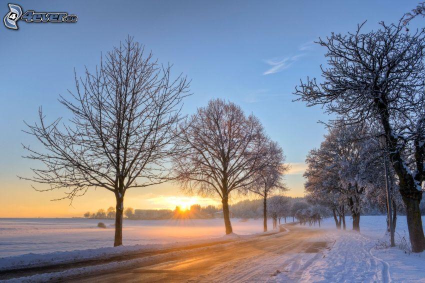 východ slnka, zasnežená krajina, cesta